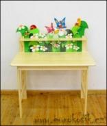 Dětský stůl s poličkou a dekorací